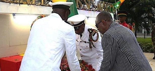 Alpha Condé effectue de dépôt de gerbes de fleurs à la place de martyr lors de la célébration de la fête de l''indépendance