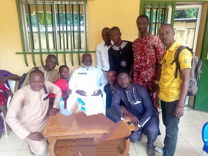 Elhadj Mamadou Saliou Camara, premier Imam de Fayçal avec certains membres du Collectif des Jeunes Démocrates de Guinée