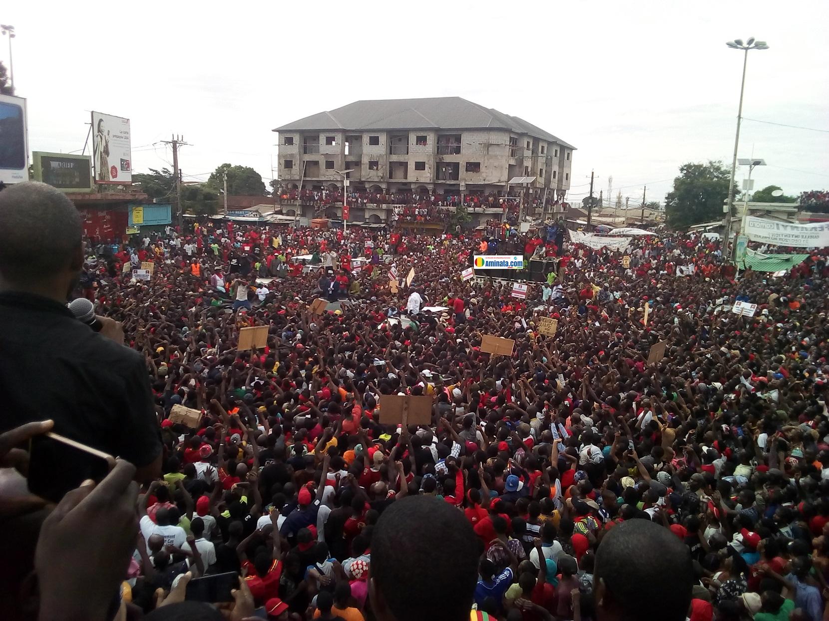 Une marée humaine lors de la manifestation du Front national pour la défense de la constitution (FNDC)