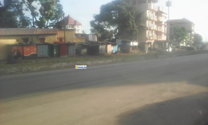 Une rue complètement déserte sur l'axe Le Prince