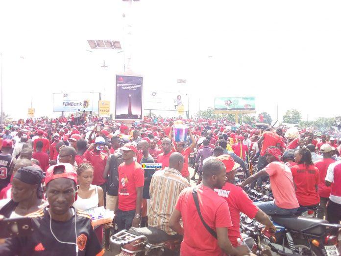 Manifestation des partisans du Front national pour la défense de la constitution (FNDC)