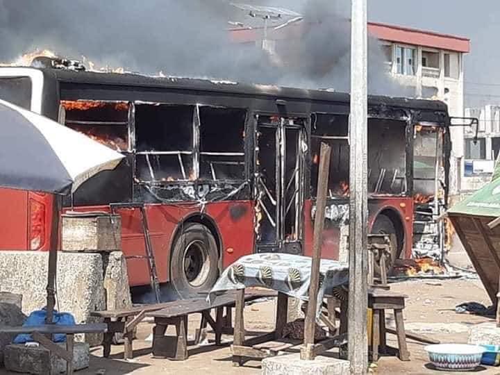 Un bus brûlé lors de heurts entre forces de l'ordre et militants du Front national pour la défense de la constitution (FNDC)