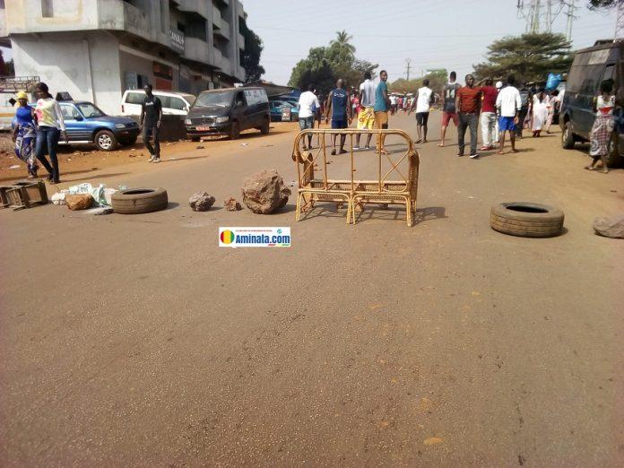 Des manifestants barricadent contre le manque d'électricité