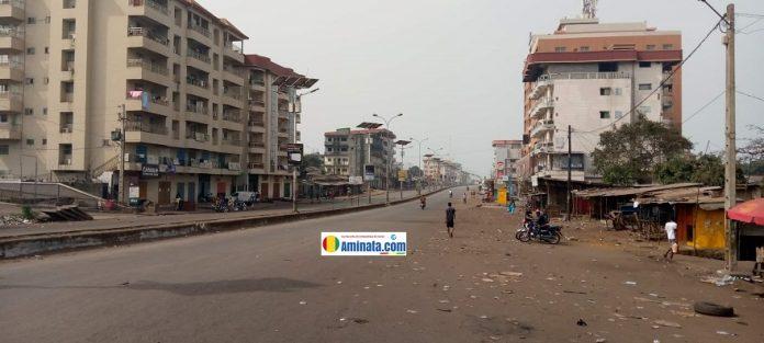 L'autoroute Le Prince complètement déserte, boutiques et magasins fermés lors d'une manifestation du FNDC