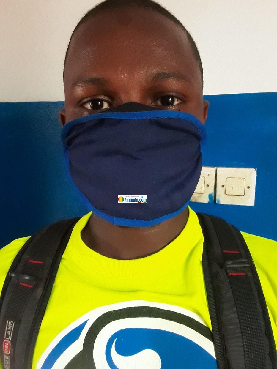 Un jeune anonyme porte un masque pour se prémunir du coronavirus