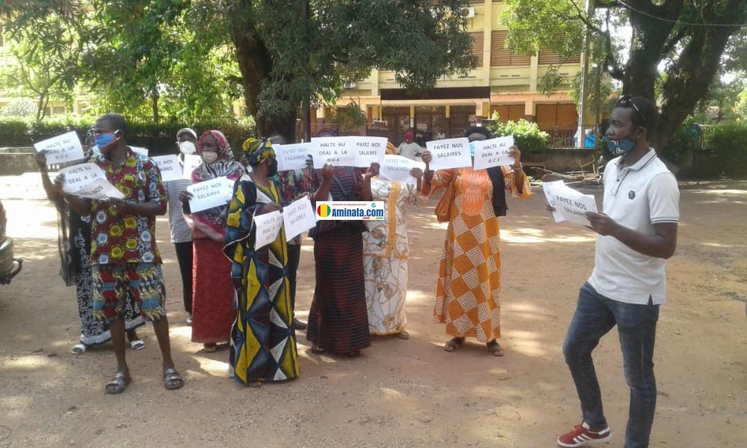 Manifestation d'enseignants devant la Direction communale de l'éducation de Dixinn pour réclamer le paiement de leur salaire