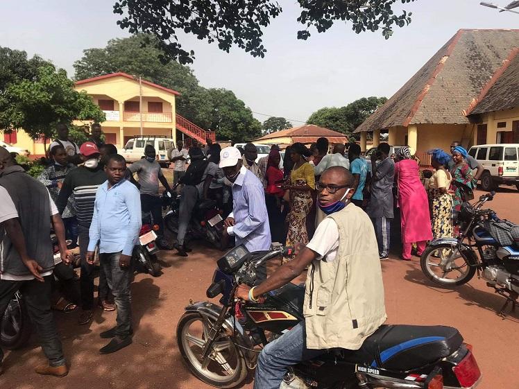 A l'entrée de la mairie de Labé