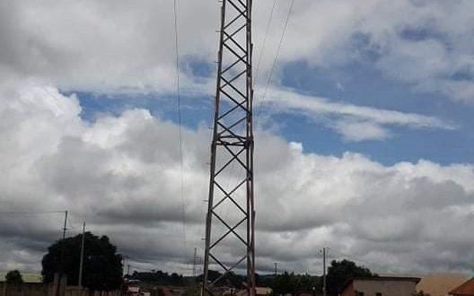 Un pylône de haute tension à Labé