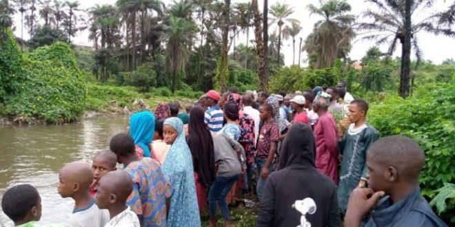 Une foule curieuse lors d'un repêchage d'un jeune qui est décédé par noyade