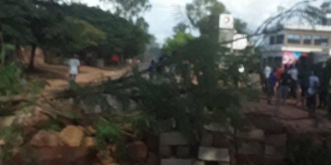 Des manifestants barricadent la route à Labé