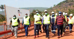 Le ministre des Mines, Abdoulaye Magassouba sur le pont de 65 mètres construit par Rusal-CBK
