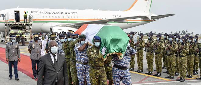 L'arrivée de la dépouille de Hamed Bakayoko à Abidjan samedi 13 mars. © SIA KAMBOU / AFP