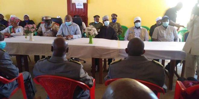 La délégation ministérielle s'entretient avec les responsables de différents services de l'administration publique dans l'enceinte de la préfecture de Koundara.